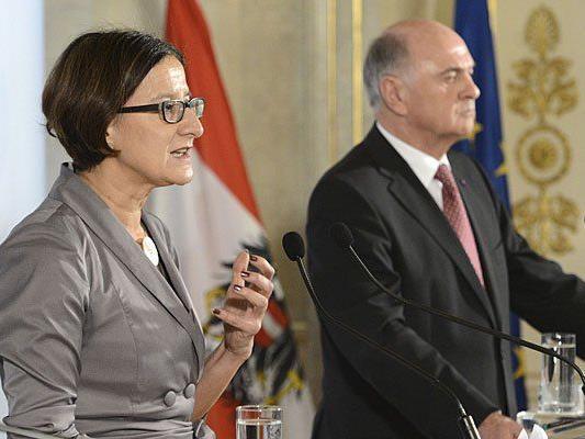 Innenministerin Johanna Mikl-Leitner (L) und Niederösterreichs Landeshauptmann Erwin Pröll nehmen an einer Asyl-Konferenz teil