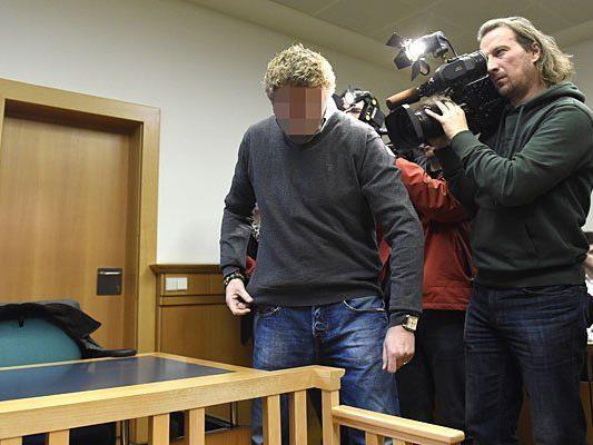 Der angeklagte Wachebeamte beim Prozess in Wien