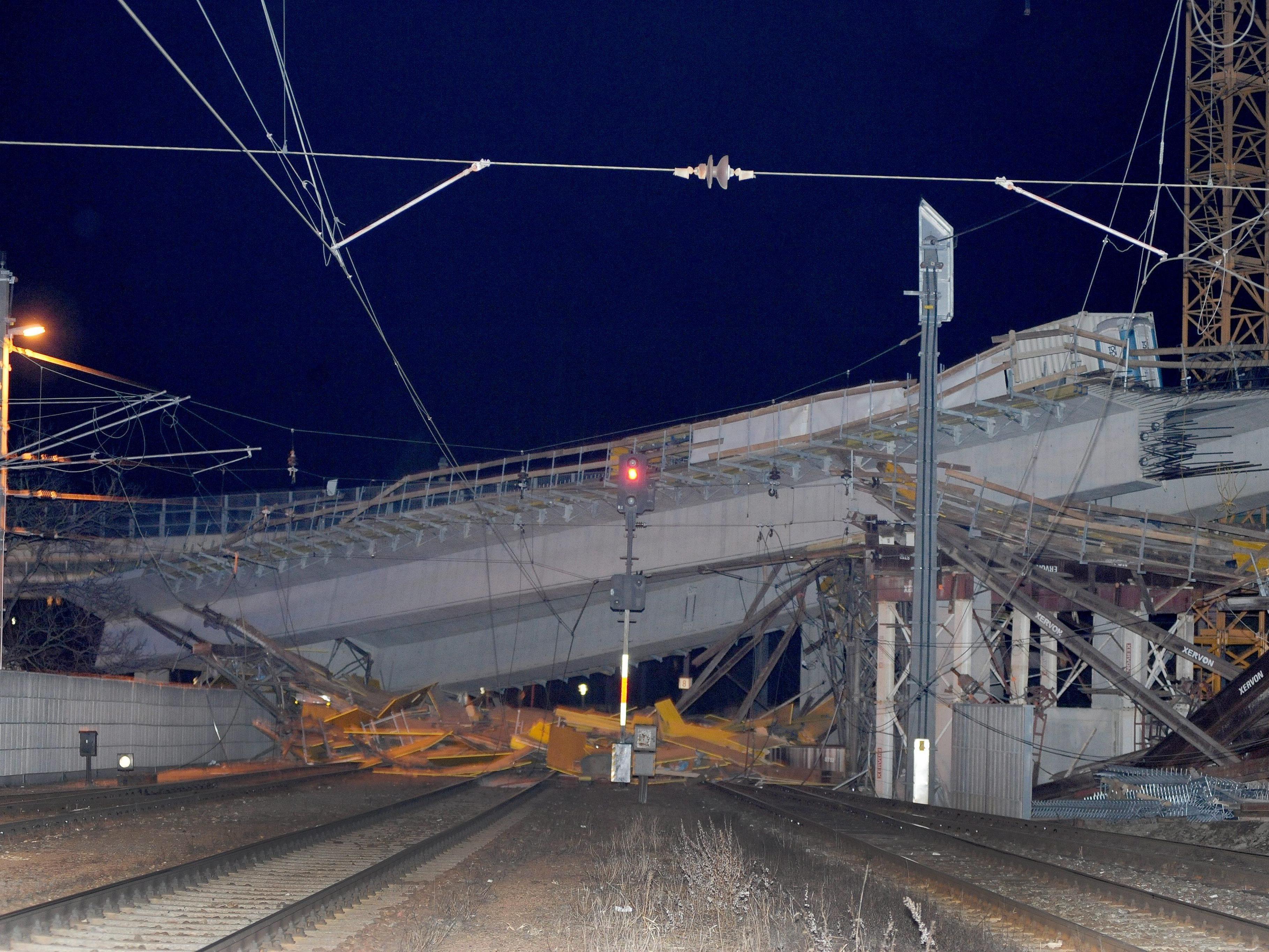 Halbfertige Murbrücke eingestürzt: die Bauarbeiten sollten eigentlich Ende 2015 abgeschlossen sein.