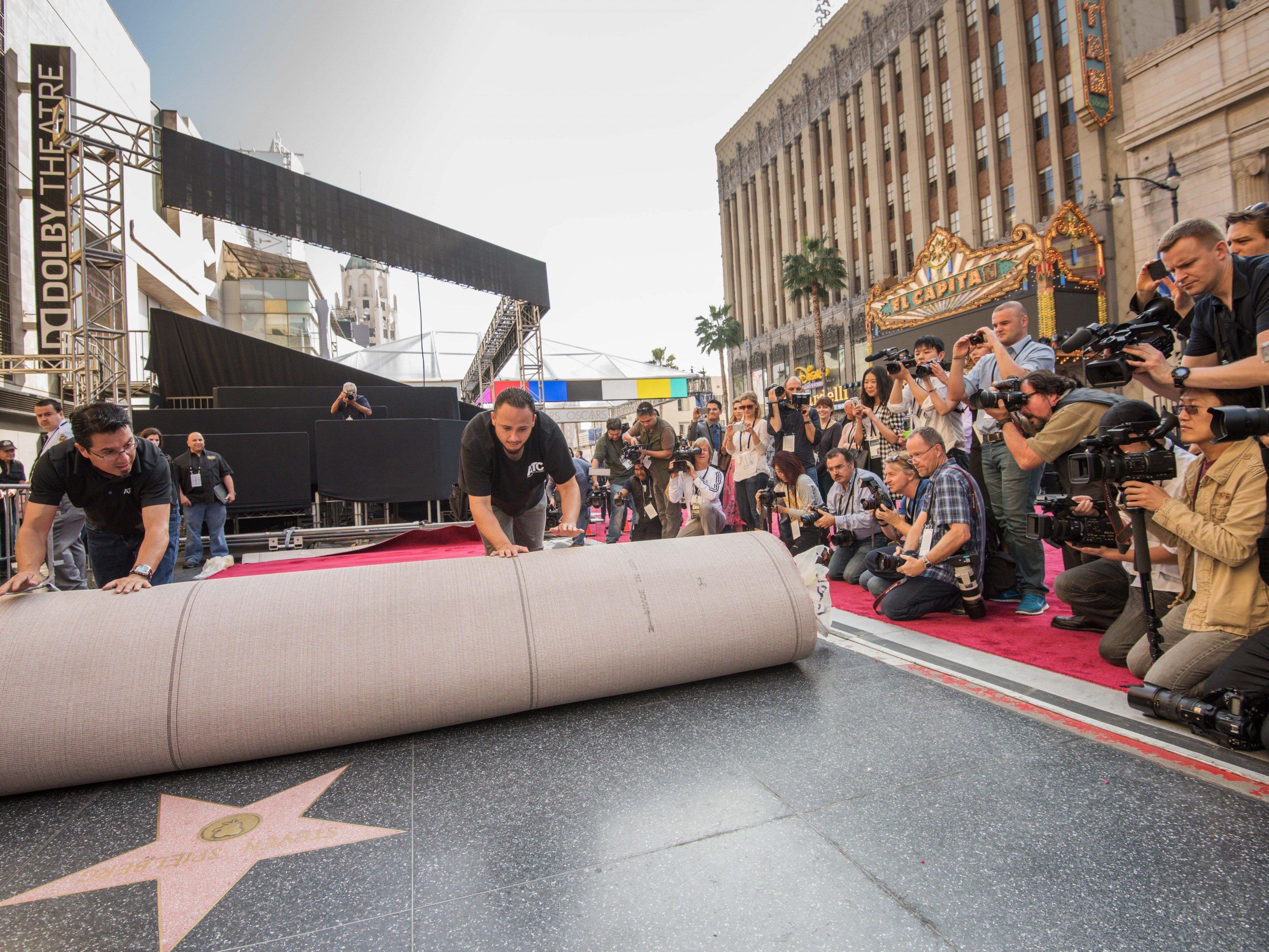 Der rote Teppich wurde für die Oscar-Gala bereits ausgerollt.