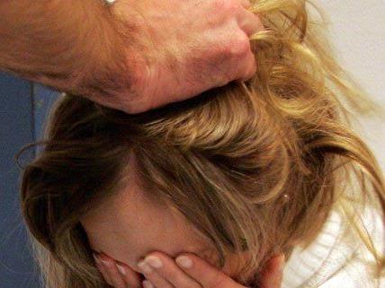 Ein Pensionist aus Wien hat seine Freundin halbtot geschlagen.