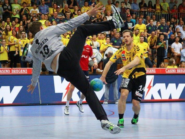 Eins-zu-Eins-Duelle wie zwischen Hard-Goalie Golub Doknic und Bregenz-Flügelspieler Julian Rauch reißen die Fans von den Sitzen.