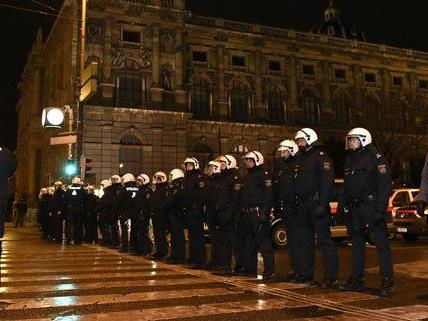 Der Polizeieinsatz bei den Akademikerball-Demos 2015 wurde im Nachhinein sehr gelobt.