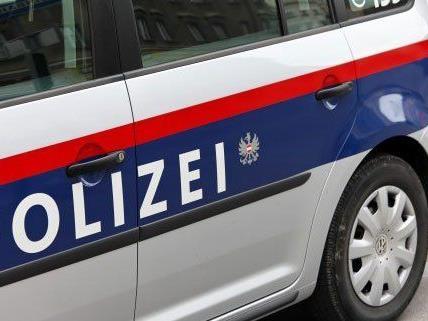 Nach Schüssen ermittelt die Polizei gegen einen unbekannten Täter.