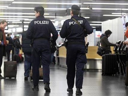 Die Polizei musste einschreiten und die Passagiere aus der Maschine begleiten.