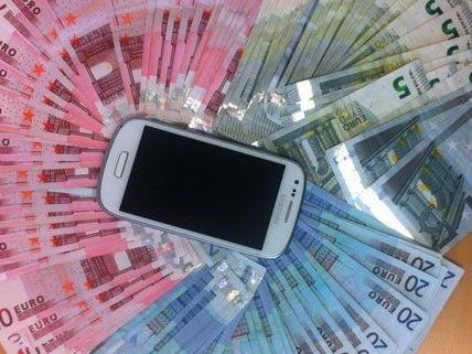 Die Polizei hat Bargeld und ein Handy sichergestellt.