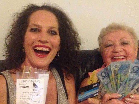 Sue Lamb posiert mit dem Kreditkartenauszug und frischem Geld.