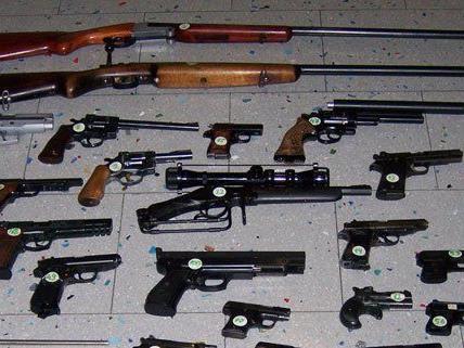 Diese Waffen und viele weitere wurden von der Polizei sichergestellt.