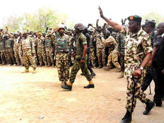 Nigerias Präsident Jonathan Goodluck in Uniform