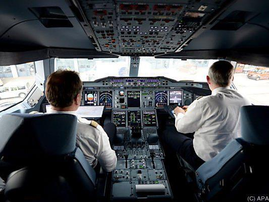Piloten in einem Airbus-Cockpit