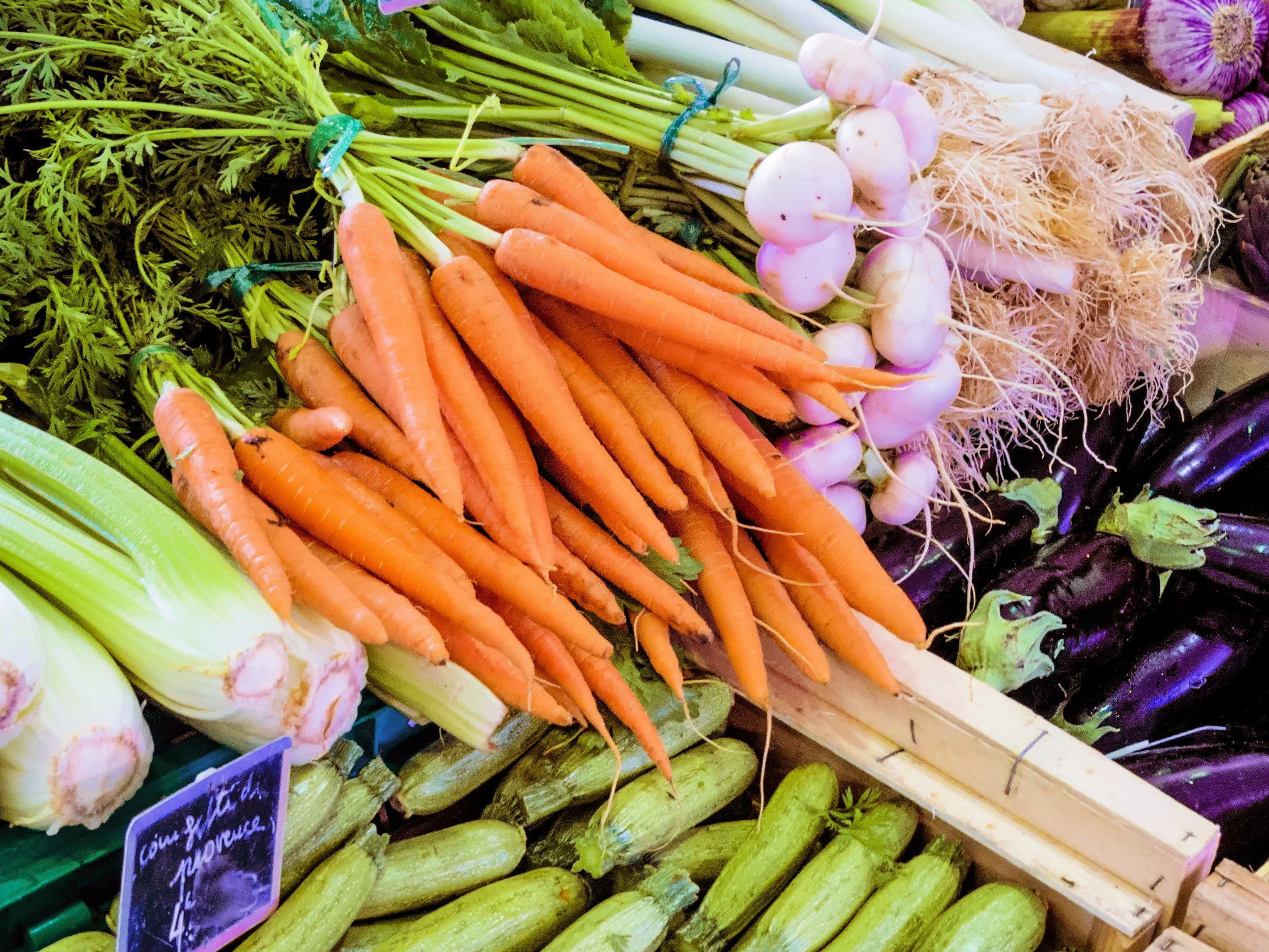 Saisonales Obst und Gemüse schmeckt nicht nur gut, sondern kann auch beim Sparen helfen.
