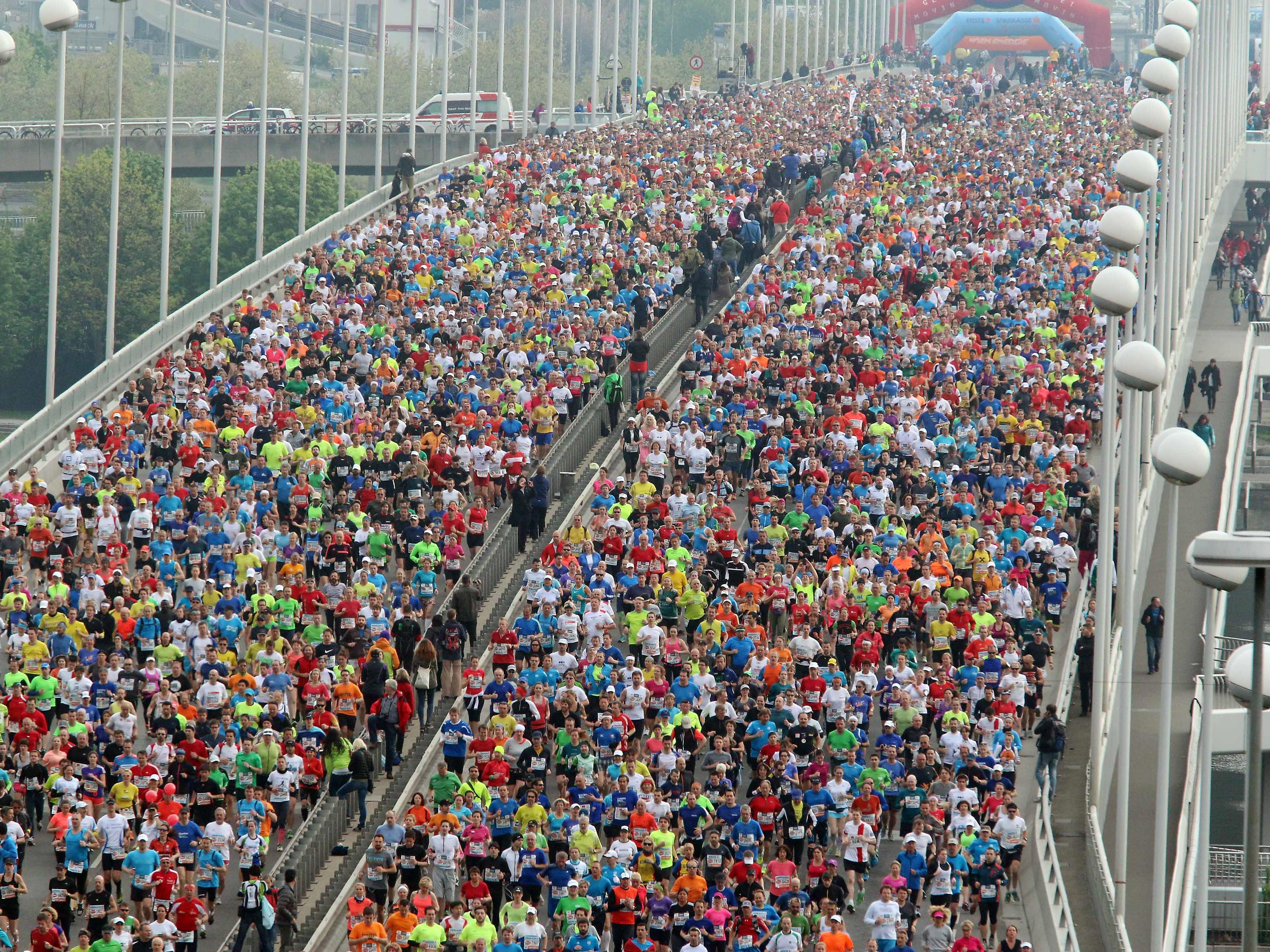 Unter Erbkrankeit Leidender Tiroler nimmt verkleidet als Andi Hofer am City Marathon 2015 teil.