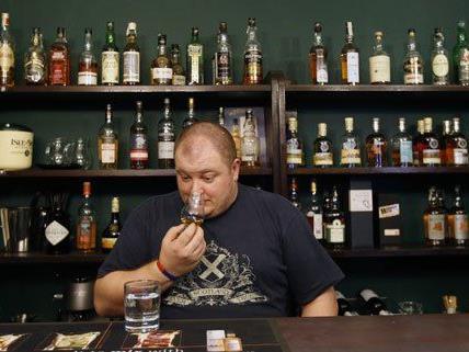 Ein Whiskykenner bei der Verkostung.