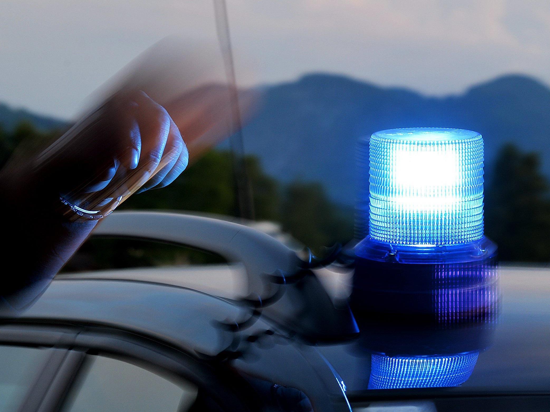 Ein 73-Jähriger erlag nach einem Pkw-Überschlag auf der A21 seinen Verletzungen.