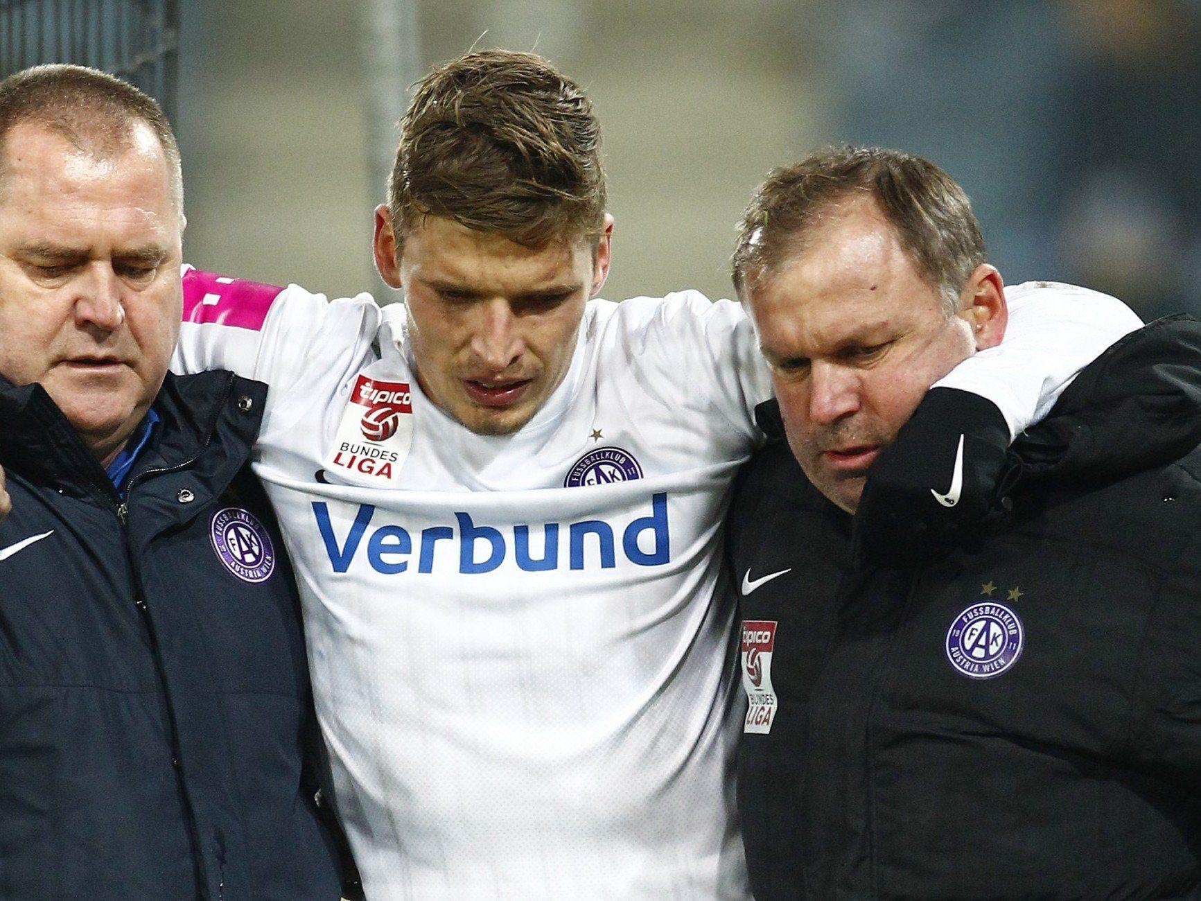Dem verletzten Jens Stryger Larsen (Austria) muss vom Feld geholfen werden.