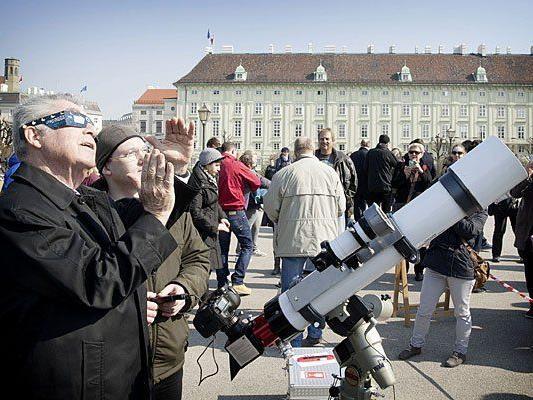Bundespräsident Heinz Fischer betrachtet die partielle Sonnenfinsternis am Heldenplatz