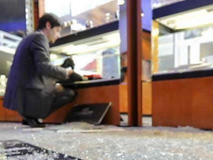 Der Einbrecher zerschlug die Auslagenscheibe des Juweliergeschäfts