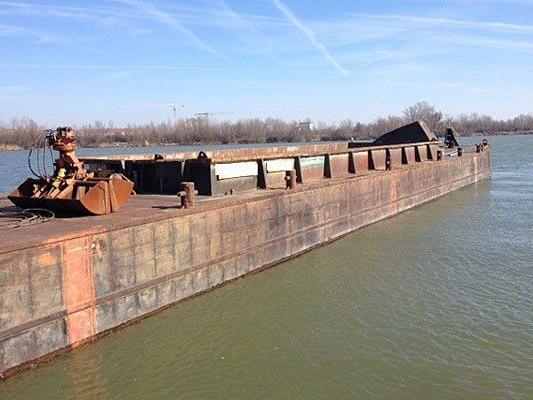 Ein riesiger Kahn trieb herrenlos in der Donau