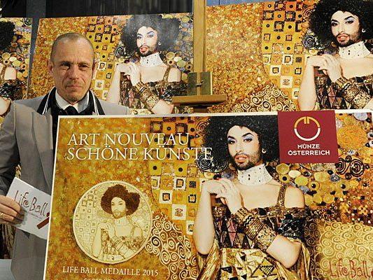 """Life Ball-Organisator Gery Keszler mit dem Life Ball Poster: Conchita Wurst als Gustav Klimts """"Goldene Adele"""""""