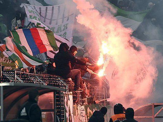 Rapid-Fans feuern in Wien ihre Mannschaft an - am Mittwoch gibt es jedoch Einschränkungen