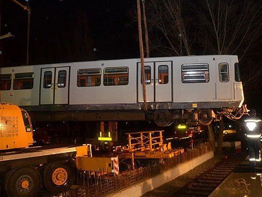 Der Transport eines tonnenschweren Doppeltriebwagens von Erdberg nach Floridsdorf am Freitag
