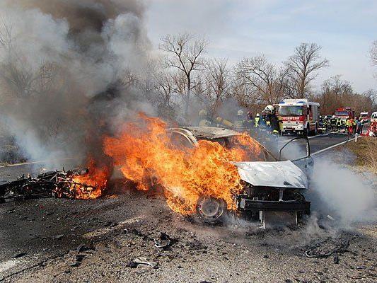 Das Motorrad und der Pkw gingen in Flammen auf