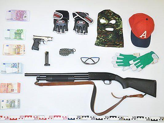 Diese Waffen, Maskierung und Beute fand man bei dem Wiener