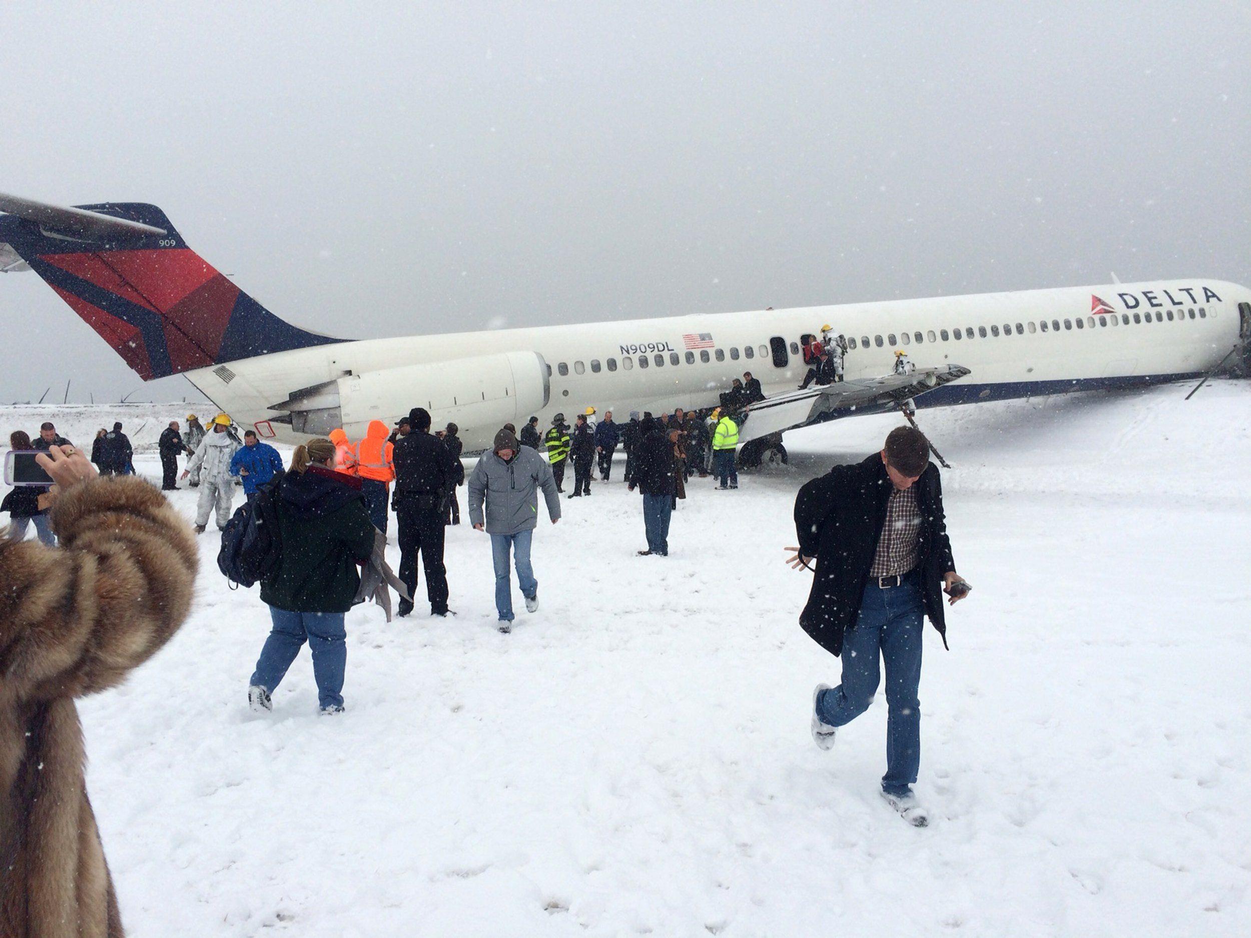 Flugzeug rutscht am Airport LaGuardia in New York von Landebahn.