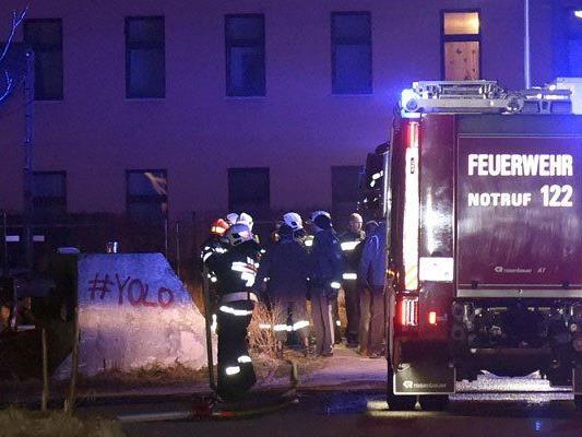 Die Feuerwehr ist mit sechs Fahrzeugen vor Ort.