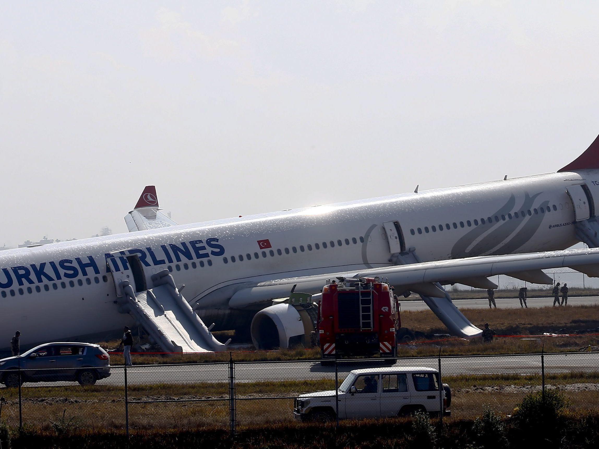 Reifenplatzer: Flugzeug rutscht in Nepal von Landebahn.