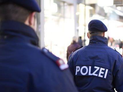 Der Polizist wurde krankenhausreif geprügelt.