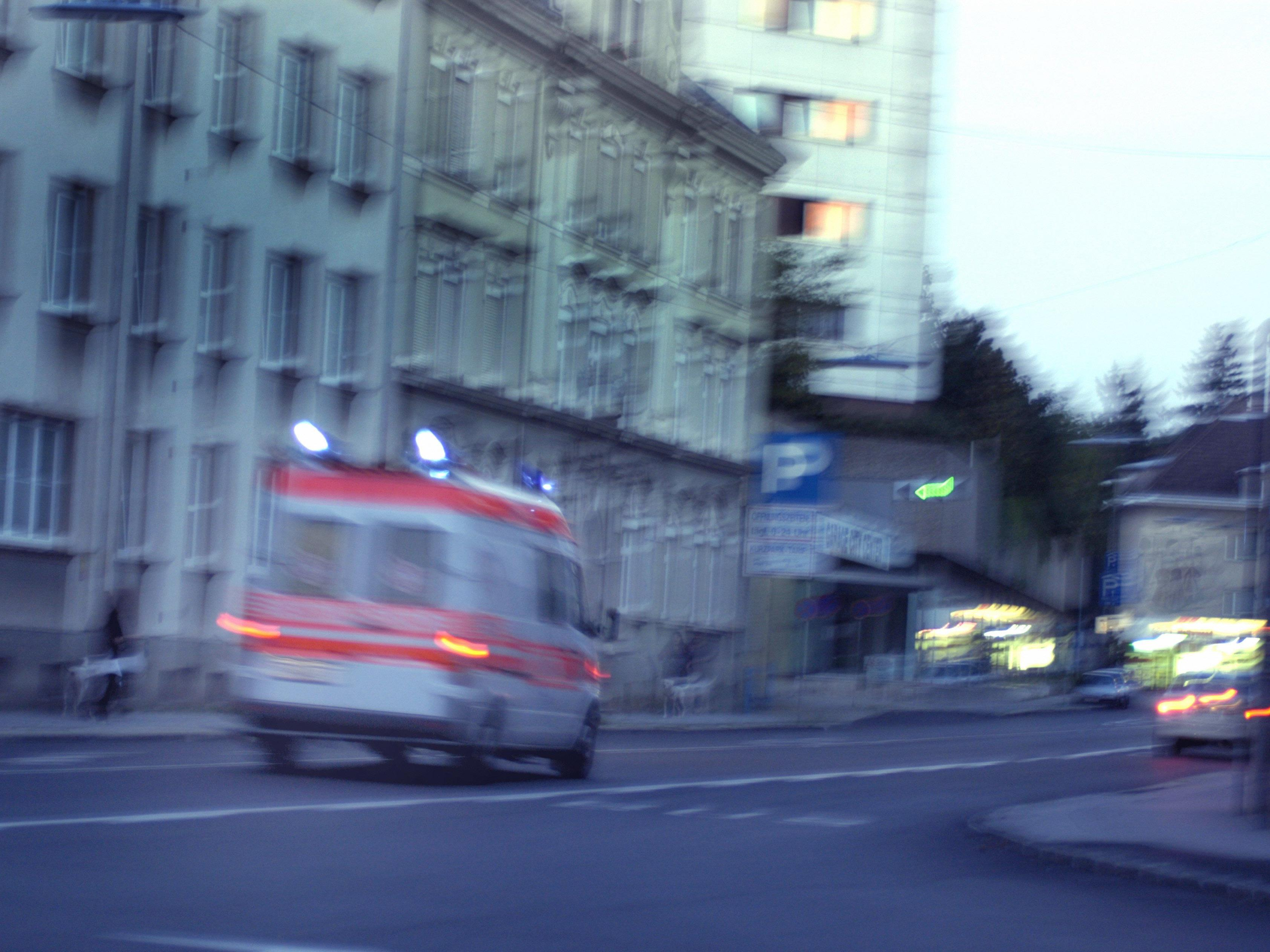 Nach einem Brand in einer Wohnung in Wien-Donaustadt wurden Baby und Uroma im Spital versorgt.