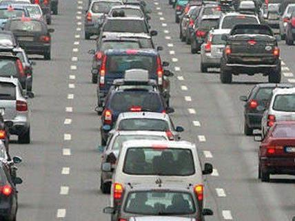 Sperre der A22 nach einem Verkehrsunfall mit acht Fahrzeugen.