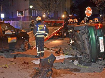 Ein Lenker wurde bei dem Unfall in seinem Fahrzeug eingeschlossen.