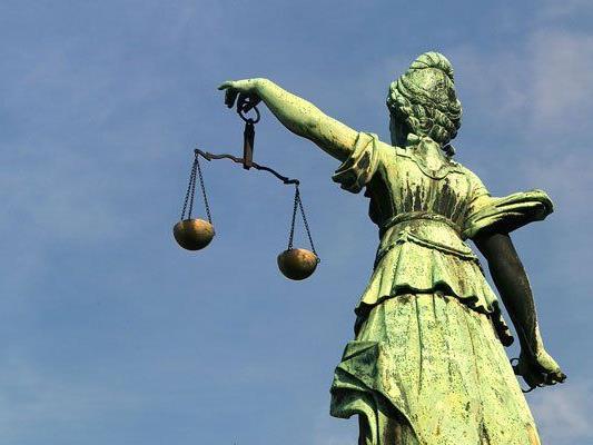 Der Angeklagte musste sich wegen Betrugs und gefährlicher Drohung verantworten.