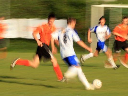 """Eine Untersuchung zeigt, dass queere Teams im Fußball oft """"auffällig unauffällig"""" sind."""