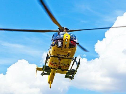 Der Unfalllenker wurde mit dem Notarzthubschrauber ins Krankenhaus Krems geflogen.