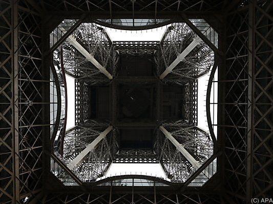 Blick von unten den Eiffelturm hinauf.