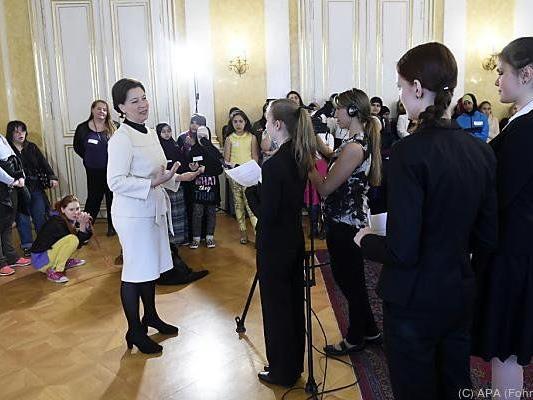 Ministerin Heinisch-Hosek wurde von einer Horde Mädchen besucht