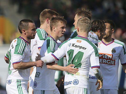 Torschütze Philipp Schobesberger (m.) von den Teamkollegen gefeiert