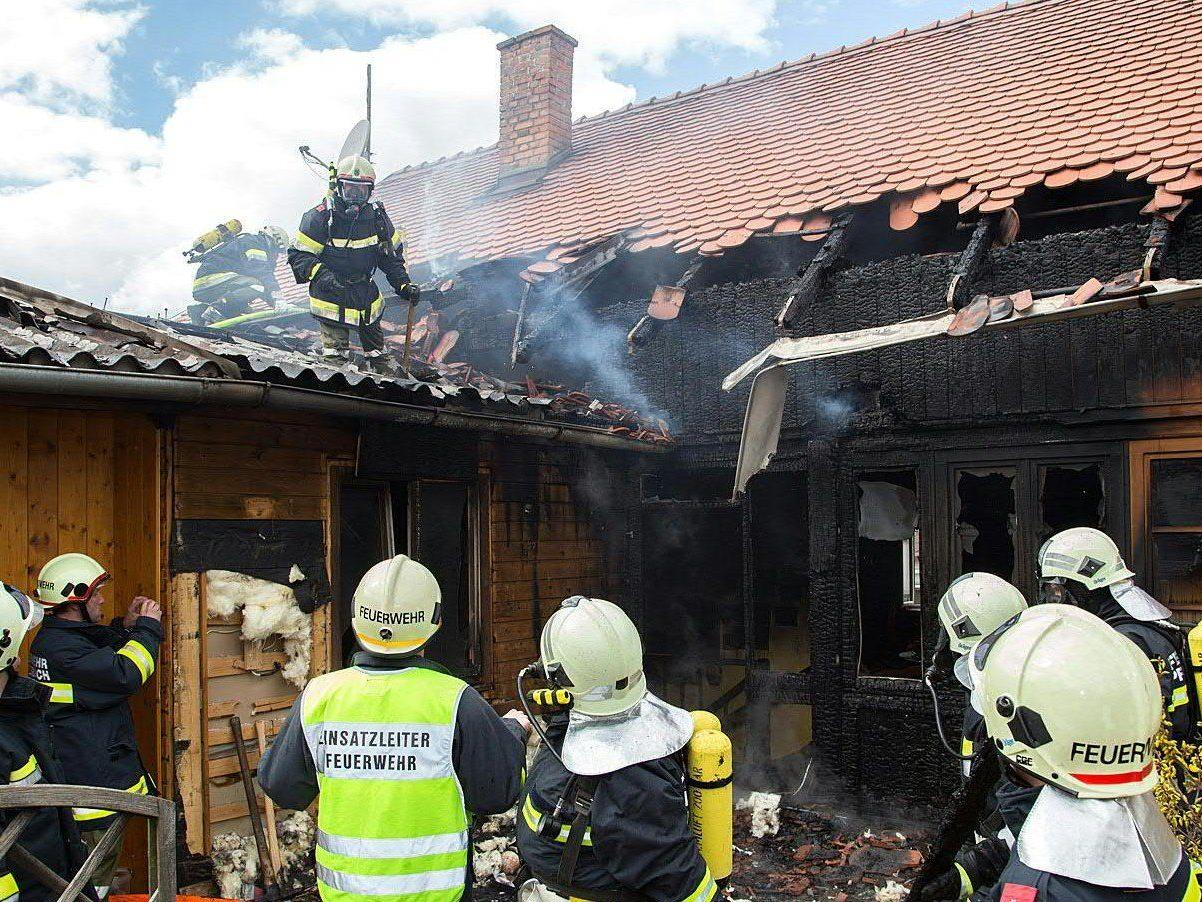 80 Einsatzkräfte waren mit Löscharbeiten in Ravelsbach im Einsatz.