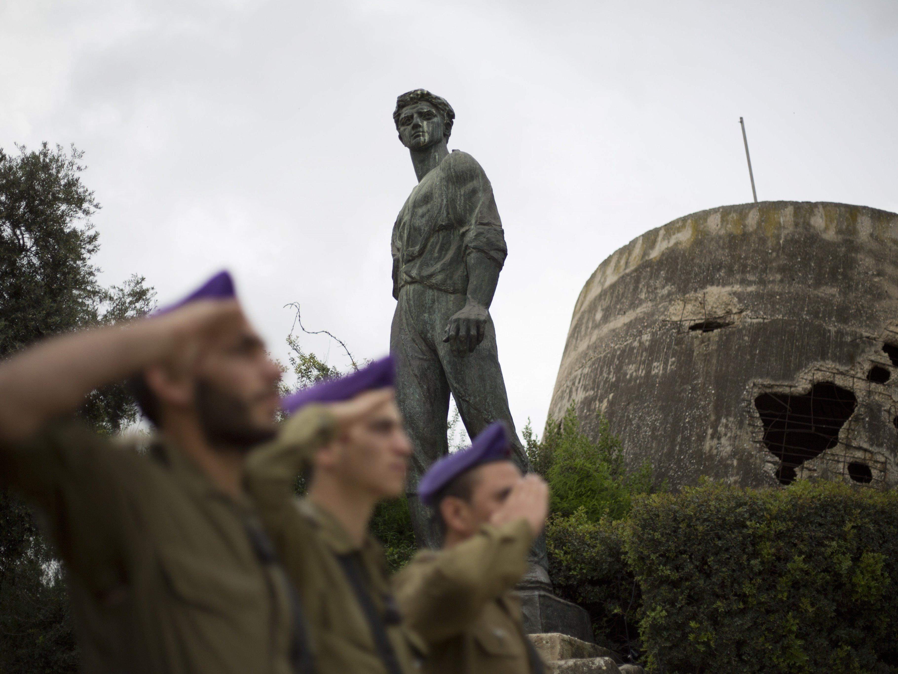Israelische Soldaten salutieren während des zweiminütigen Sirenengeheuls