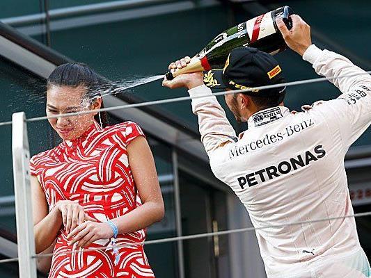 Hamiltons Champagner-Attacke seitlich ins Gesicht der chinesischen Hostess.