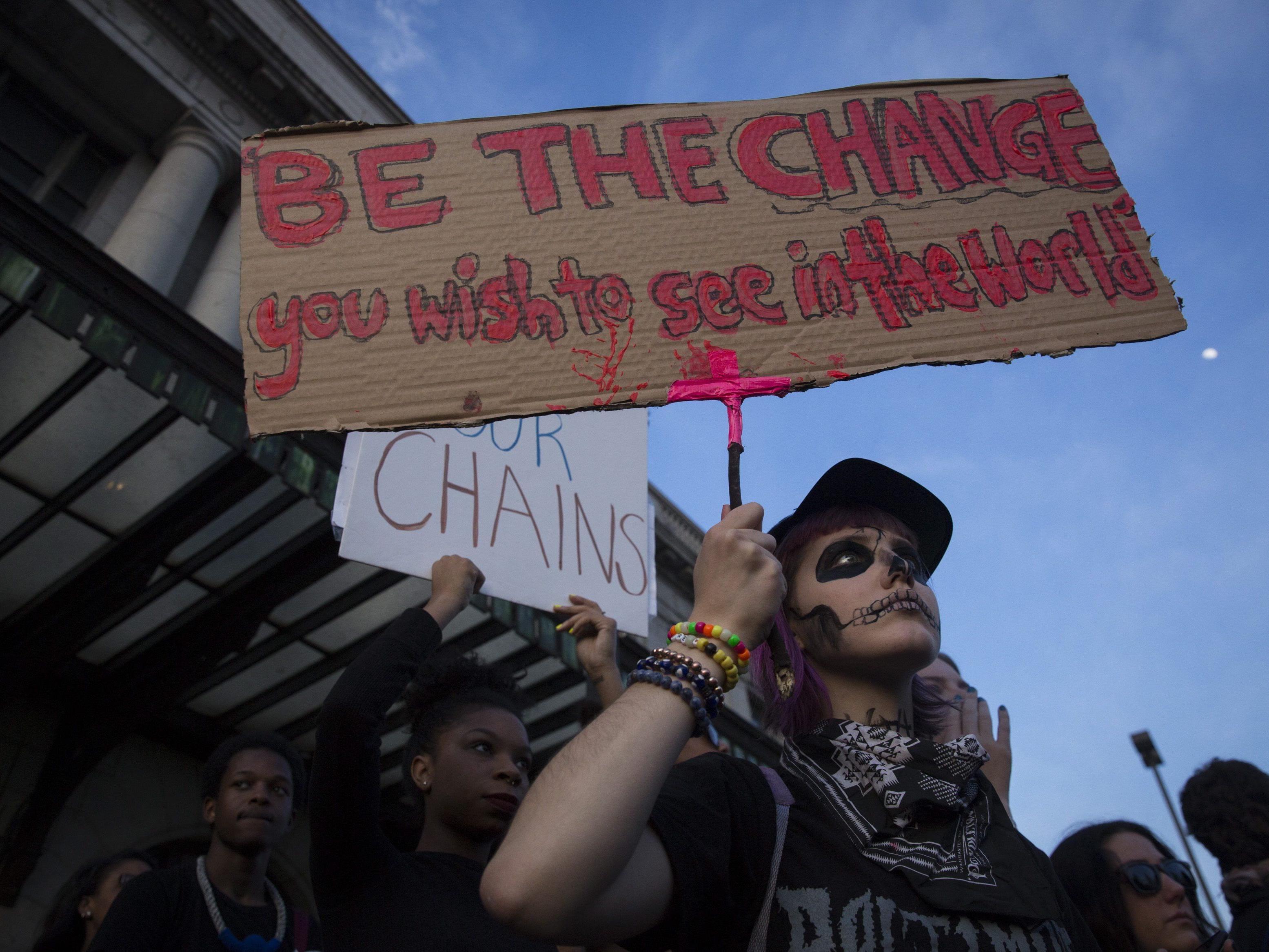 Tausende gingen zu Solidaritätsmärschen auf die Straße.