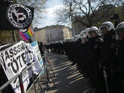 Polizisten und Teilnehmer einer Demo gegen die Standkundgebung der Pegida Wien am Sonntag