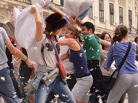 Beim Wiener Heldenplatz föiegen auch heuer wieder bei einer öffentlichen Polsterschlacht die Federn