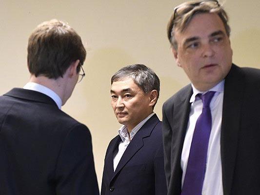 Der frühere Nurbank-Vorstandsvorsitzende Abilmazhen Gilimov (M) als Zeuge beim Prozess in Wien