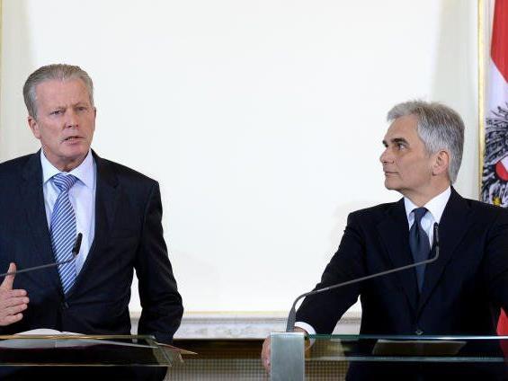 VK Reinhold Mitterlehner (l.) und BK Werner Faymann während des Pressefoyers nach einer Sitzung des Ministerrates