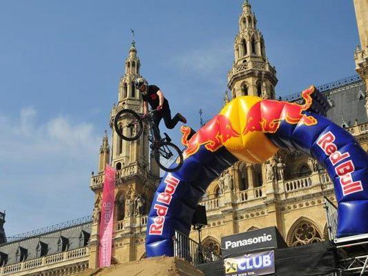 Waghalsige Stunts werden vor dem Wiener Rathaus gezeigt.