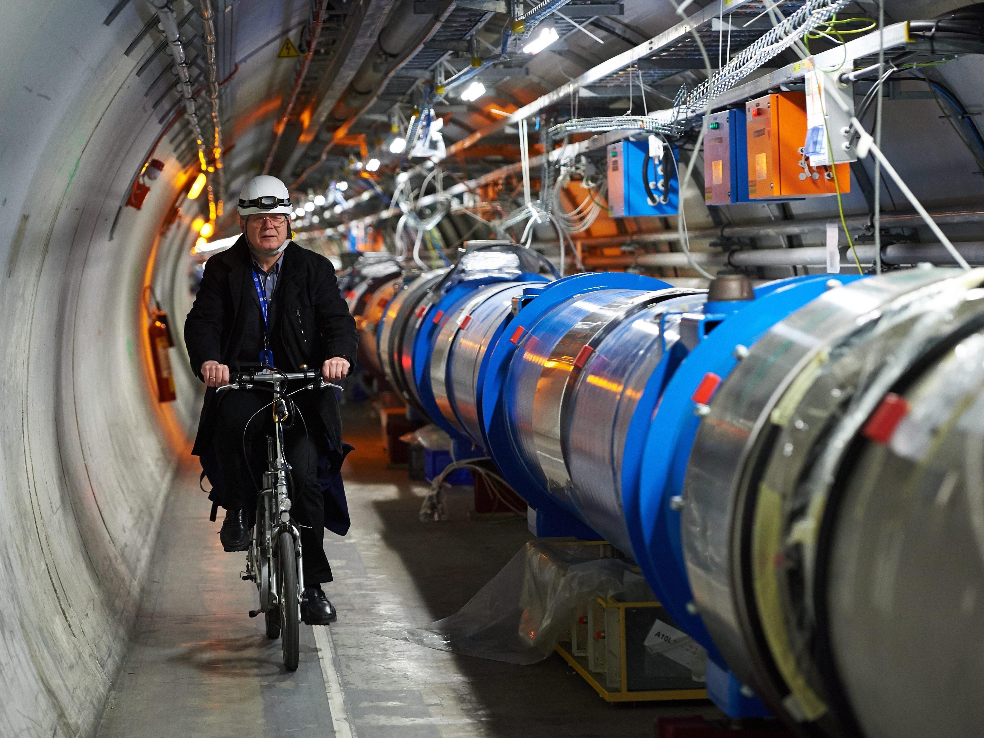 Der Large Hadron Collider am CERN bringt wieder Protonen auf Trab.